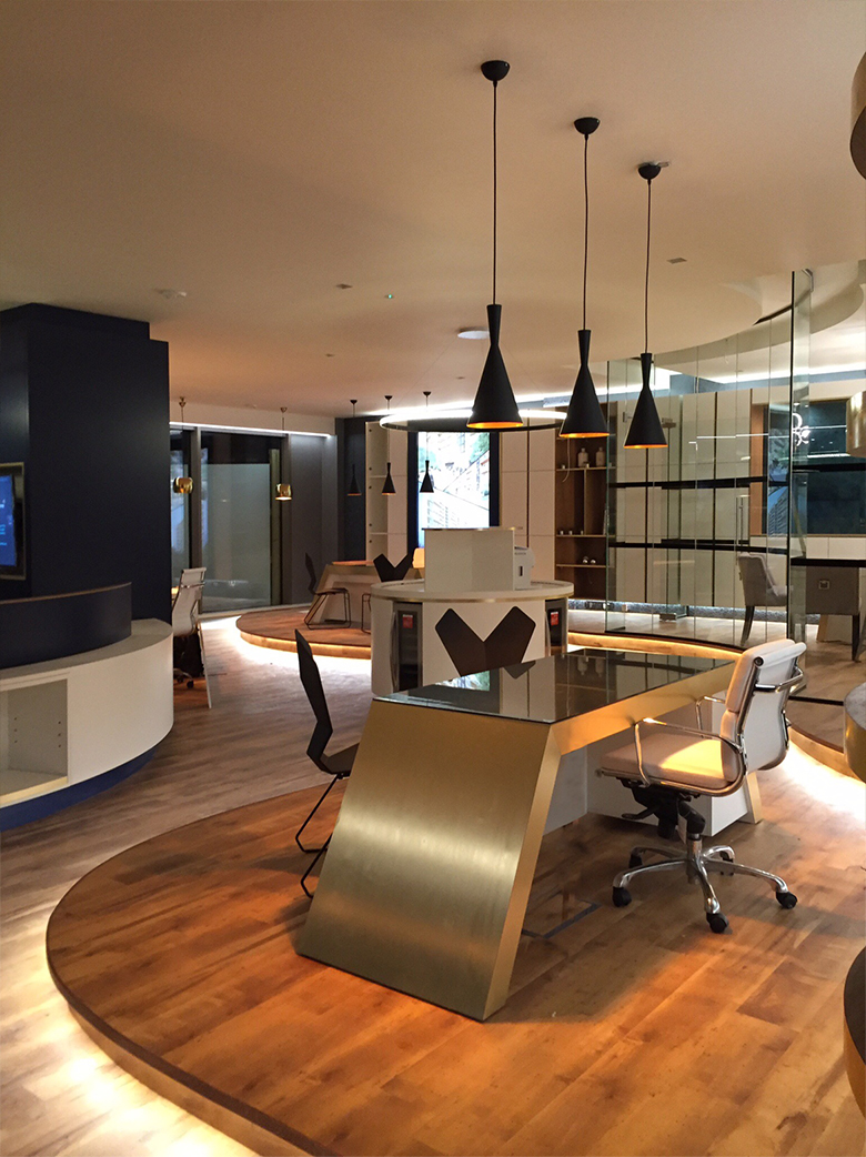 Spacious Offices Interior Design: Open Area With Bright Lighting